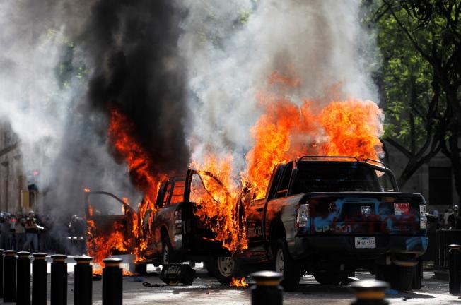 示威者4日在瓜達拉哈拉示威,有人破壞政府建築物及燒毁數輛警車。(歐新社)