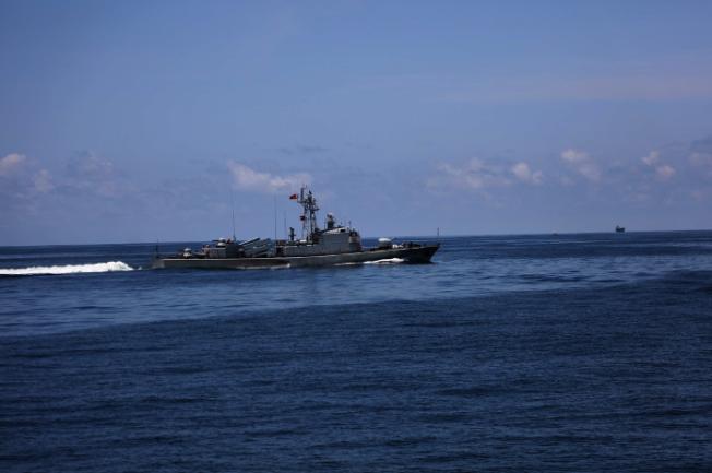 解放軍駐港海軍兩艘艦艇近日展開海上軍事訓練。(取自《香江礪劍》微信公眾號)
