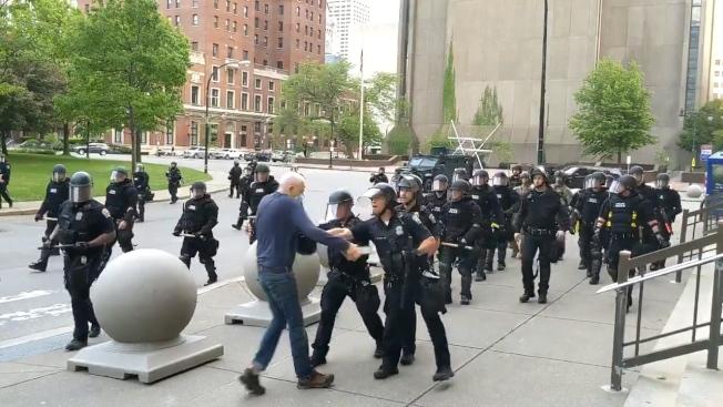美國紐約州水牛城4日發生75歲示威者被鎮暴警察用推倒濺血,出手員警被即刻停職,但同部門的另外57位警察隨後也傳出集體退出,以示全體支持被停職的2位同僚。路透