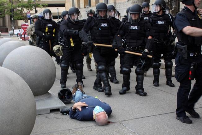 美國紐約州水牛城4日發生75歲示威者被鎮暴警察用推倒濺血,原欲檢查狀況的員警也被上司拉去繼續執行勤務,紐約州長郭謨批評整個應對過程「讓他想吐」,「完全不合理又極端可恥」。路透