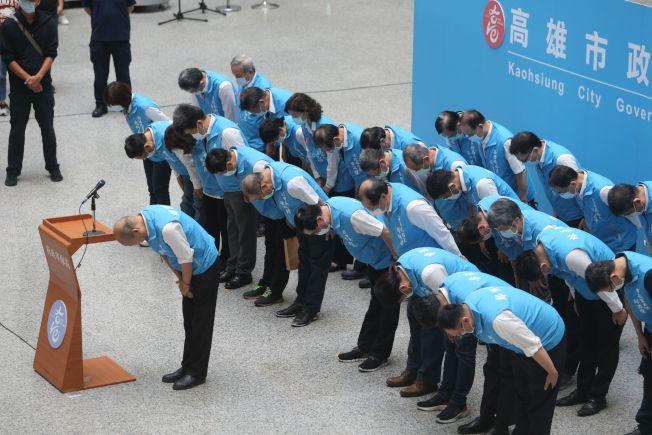 高雄市長韓國瑜罷免案通過,對投票結果,韓國瑜以「兩個感謝、三個遺憾、一個祝福」發表談話,並率團隊一鞠躬,感謝市民。記者劉學聖/攝影