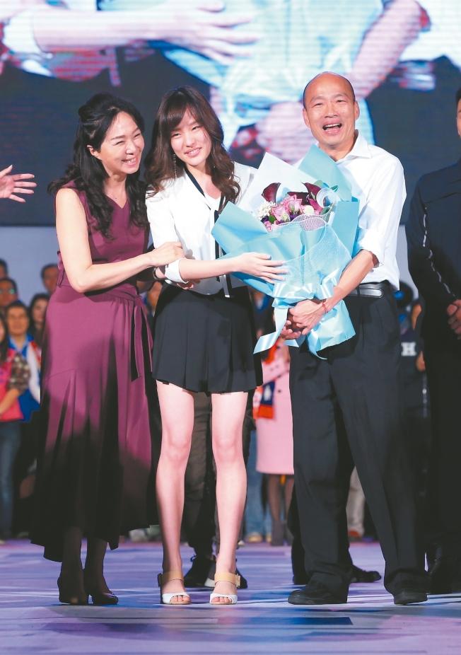 面對罷免難關,高雄市長韓國瑜透露,妻子李佳芬、女兒韓冰有對他打氣,「一切平常心」是全家人的共識。本報資料照片