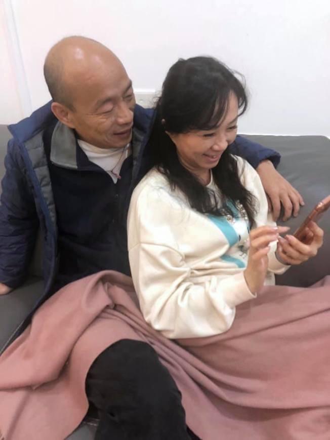 今年1月總統大選前夕,韓國瑜在臉書發出摟著妻子李佳芬曬恩愛照片,兩人當時是在看小雞孵蛋。翻攝自韓國瑜臉書