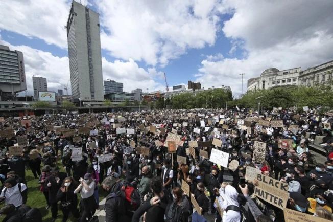 全美抗議非裔男子佛洛伊德之死而發動的遊行將進入第12天,示威者在社群網站號召百萬人站出來。 美聯社