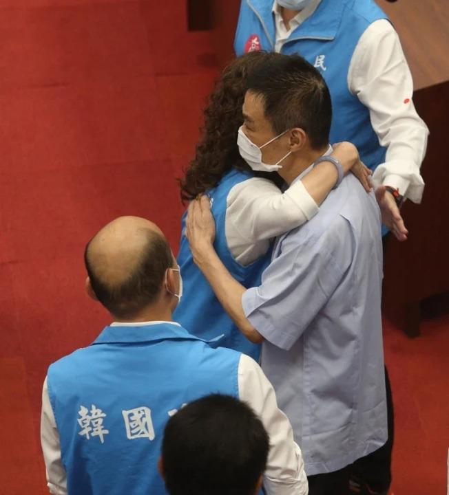 高雄市長韓國瑜遭罷免後,一向挺韓的高雄市議長許崑源昨晚在14樓住處墜樓身亡,圖為他日前現身議場為韓國瑜打氣的畫面。 本報資料照片