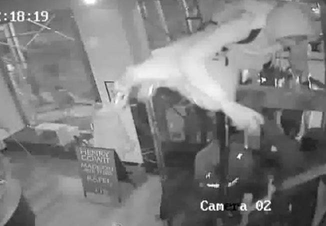 曼哈頓皮草店遭砸搶,青少年將75萬元商品洗劫一空。(市警提供)