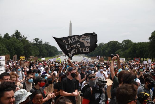 華府6日迎來抗議八天以來最大規模集會示威,中午林肯紀念堂前抗議者和平示威。(記者羅曉媛/攝影)