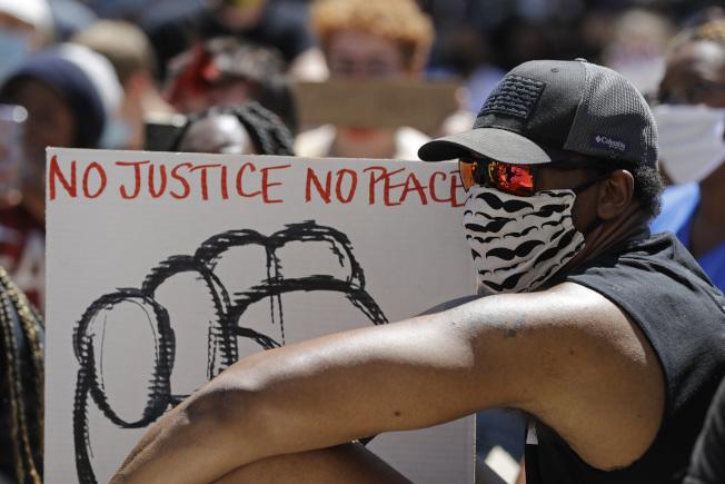 非裔男子佛洛伊德死於白人警察之手,各地示威不斷。(美聯社)
