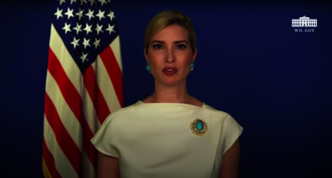 美國總統川普的女兒伊凡卡幾周前就已為堪薩斯州的學生準備好畢業致詞影片,未料校方4日臨時取消邀約,讓伊凡卡相當不滿。截自YouTube