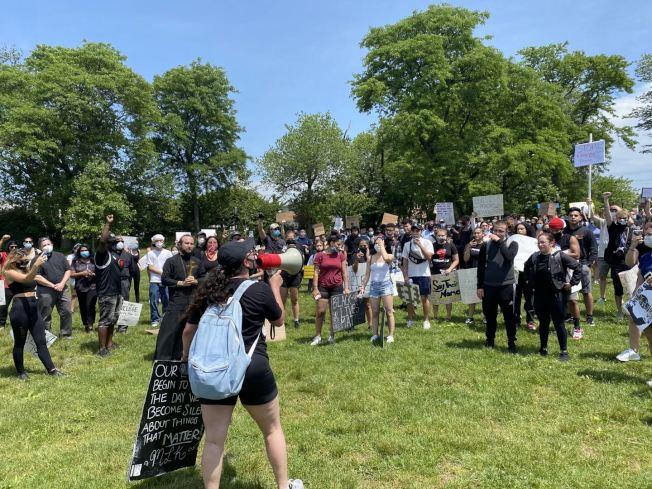 與布朗士、曼哈頓與布碌崙不同,皇后區近期連日舉辦的多場遊行較為溫和,逮捕的示威民眾數量也較少;圖為在白石鎮舉行一場和平遊行。(記者牟蘭/攝影)