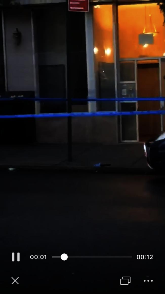 警方拉起警戒線封鎖現場,並在地上尋獲一把槍枝。(讀者提供)