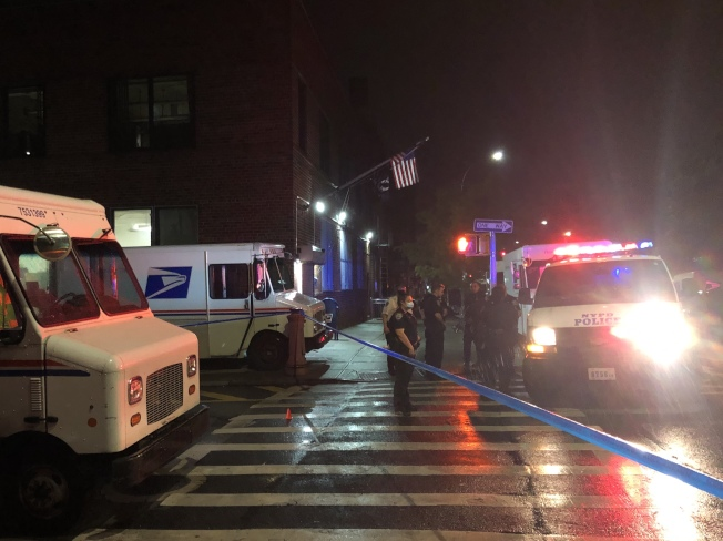 布碌崙7大道交55街5日晚發生黑幫成員進行交易後失敗引發的槍戰。(讀者提供)