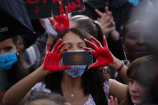 法國巴黎的抗議群眾6日走上街頭。(美聯社)