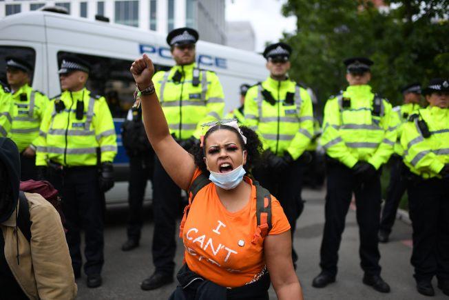 倫敦抗議群眾6日在美國駐英大使館前與警方對峙。(Getty Images)