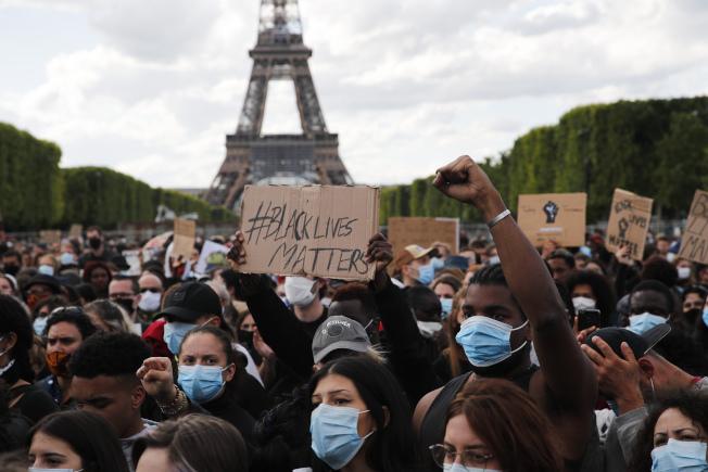 法國群眾6日在巴黎鐵塔前抗議。(美聯社)
