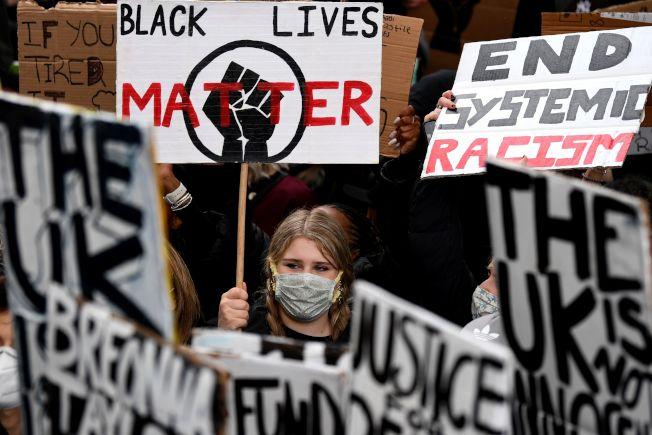 澳洲群眾6日在雪梨舉牌抗議。(Getty Images)