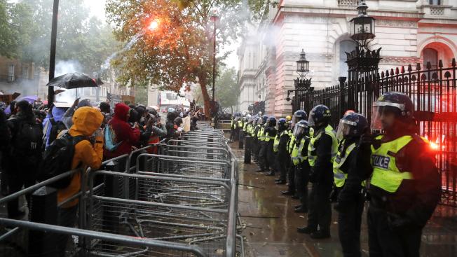 倫敦抗議群眾6日在美國駐英大使館前與警方對峙。(美聯社)
