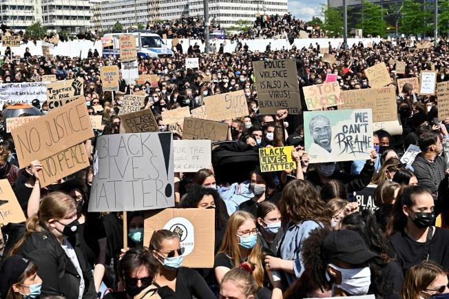 德國柏林群眾6日集結舉牌抗議。(美聯社)