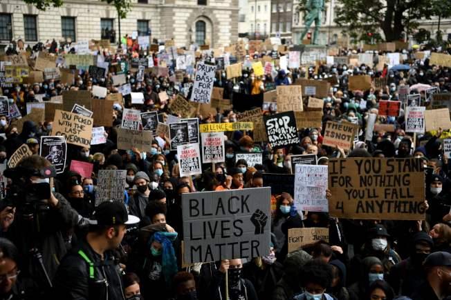倫敦抗議的群眾6日上街遊行。(Getty Images)