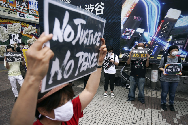 6日在日本東京的抗議群眾。(美聯社)