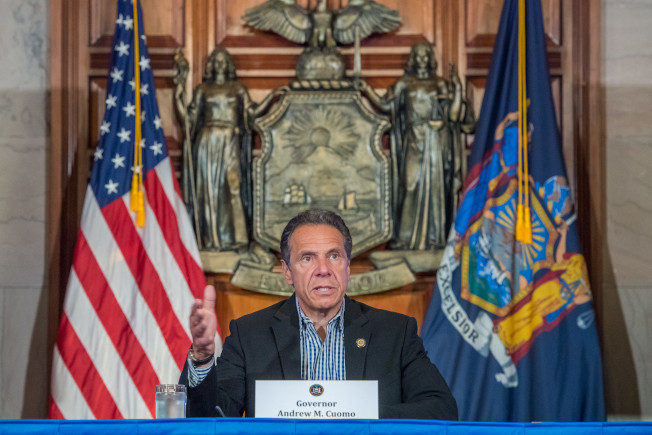 纽约州长葛谟表示,纽约市将于8日解封,目前全州新冠病毒检测阳性率已降至1%。(州长办公室提供)