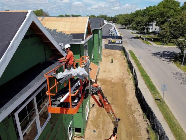 纽约市进入阶段性复工,长岛联岱尔(Uniondale)的土地工程已开始执行。(Getty Images)