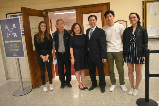 李志威(右三)前往選務處遞表參選市議員,親友和競選團隊成員也到場支持。(記者黃少華/攝影)