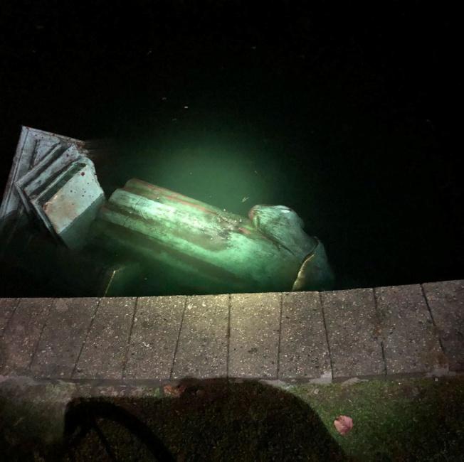 維吉尼亞州瑞奇蒙的哥倫布銅像被扔入湖中。(路透)