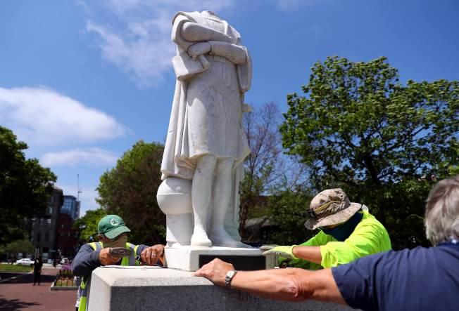 波士頓抗議反警暴力的活動,延伸到反殖民和反蓄奴,哥倫布銅像遭到斬首後,仍有人企圖拆除。(Getty Images)