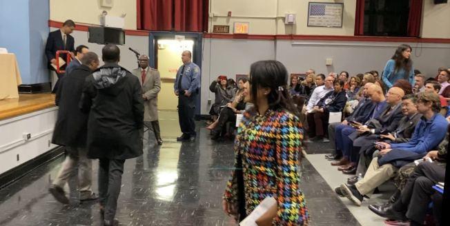 絲塔琳(左一)不滿學校不懲戒霸凌女兒的學生,向市府求償1000萬元。(記者牟蘭/攝影)