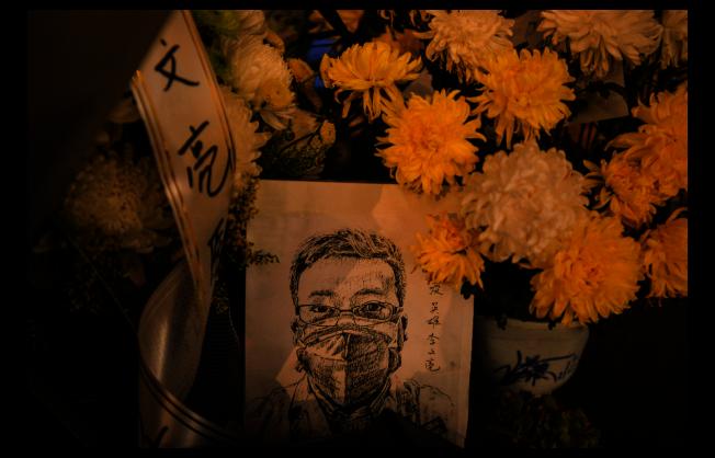 武漢市中心醫院眼科醫生李文亮2月7日去世後,武漢民眾在醫院外悼念他。(歐新社)