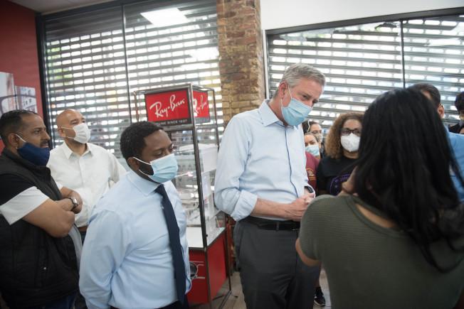 市府將為100家餐館員工支薪,圖為白思豪拜訪受重創的當地商家。(市長辦公室提供)