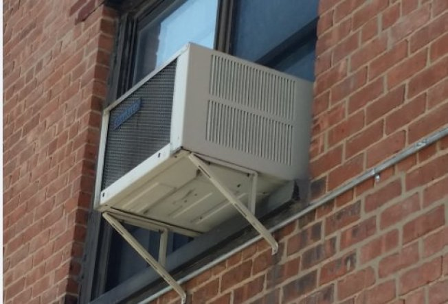 住家窗口式空調,雖是再循環相同的空氣,但由於家中可能帶病毒的人口密度低,而且若做好自我隔離,空氣應不會含有病毒。(取自推特)