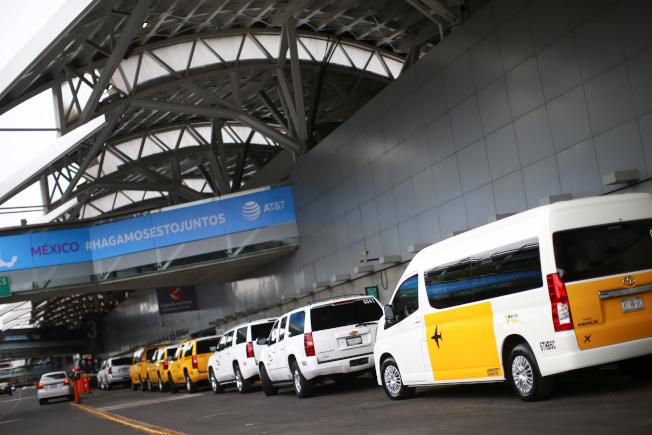 美國新冠疫情再現警訊,把「墨西哥旅遊」列入原因。圖為墨西哥市國際機場外的出租車大排長龍。(路透)