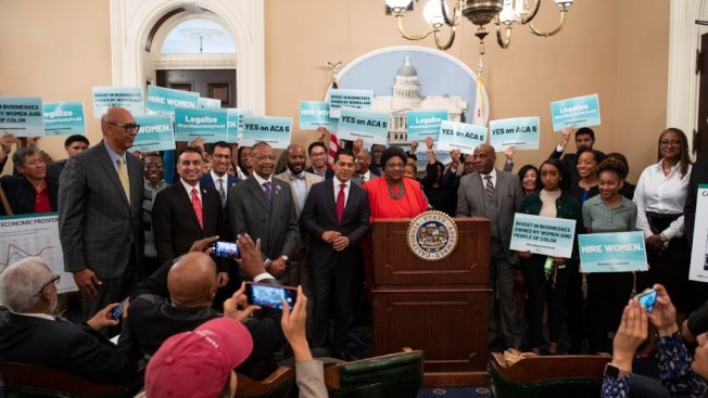 ACA-5修憲案在眾議會表決通過,提案者和支持者熱烈慶祝。(大學機會運動提供)