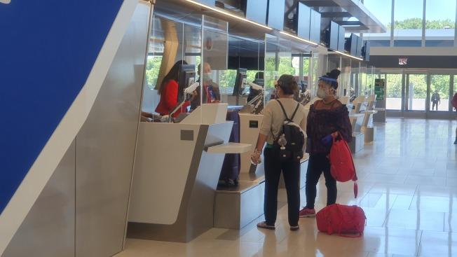出行乘客做好防護措施,配戴口罩與面罩還有手套防止接觸病毒。(記者王彩鸝/攝影)