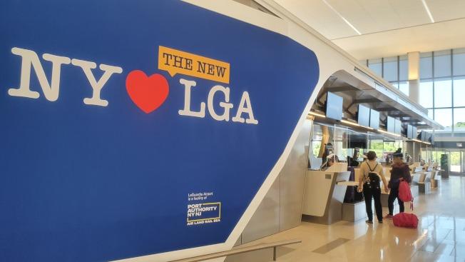 拉瓜地亞機場新航站樓的牆壁上寫有「我愛紐約」與「我愛拉瓜地亞」機場的標示。(記者王彩鸝/攝影)