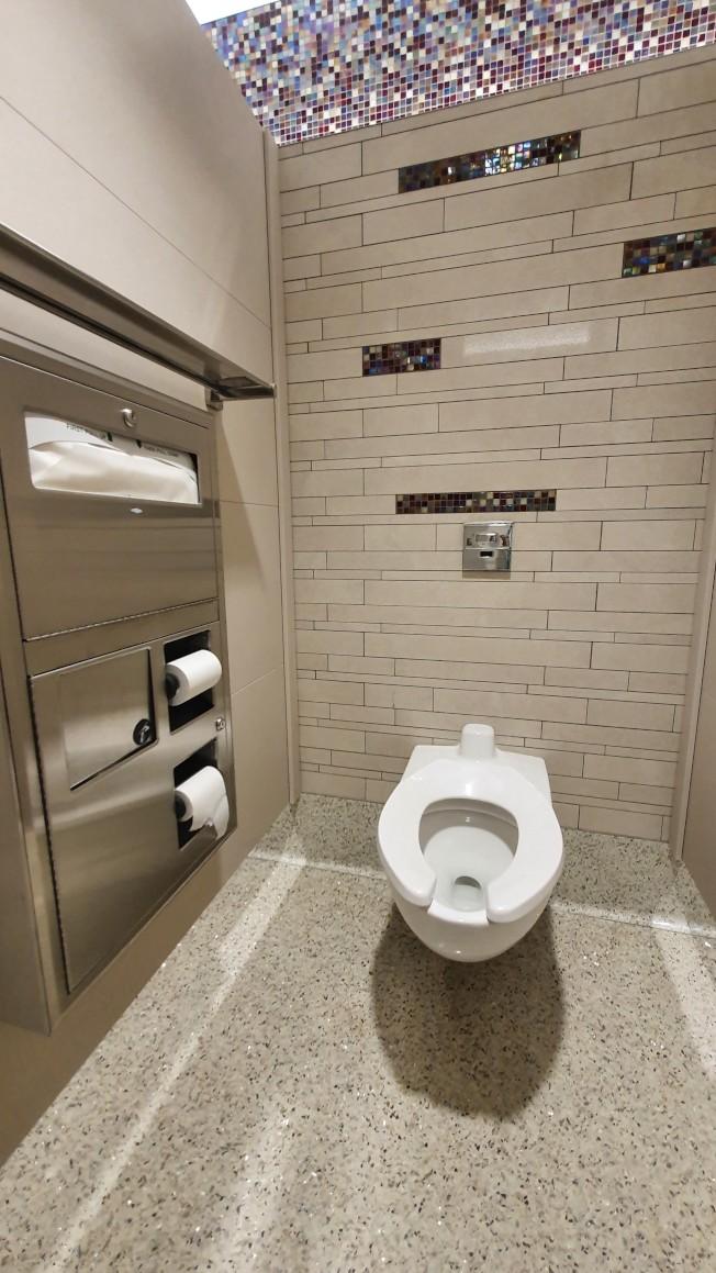 拉瓜地亞機場B航站樓的洗手間也裝修別致,提供無接觸的使用模式。(記者王彩鸝/攝影)