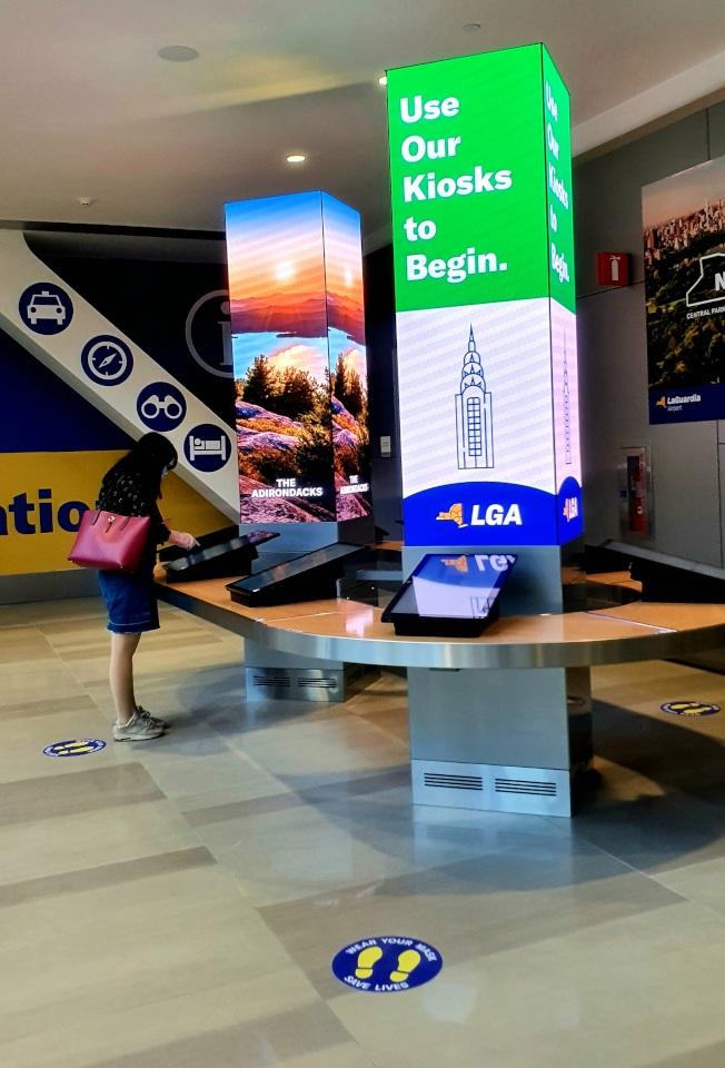機場的到達大廳設有平板電腦供旅客查詢信息。(記者王彩鸝/攝影)