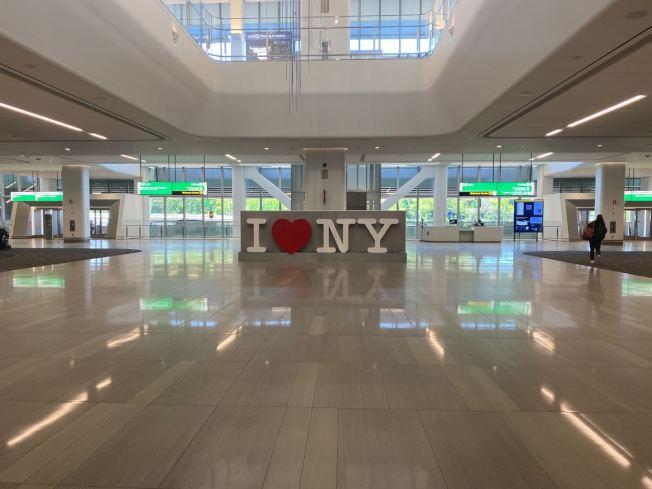 拉瓜地亞機場B航站樓候機大廳設有「I Love NY」的雕塑。(記者牟蘭/攝影)