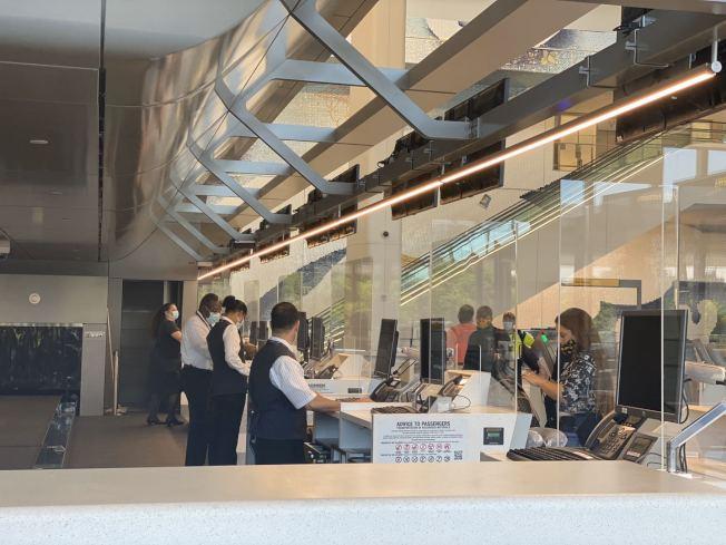 拉瓜地亞機場地勤工作人員設有亞克力的擋板,避免新冠病毒通過飛沫傳播。(記者牟蘭/攝影)