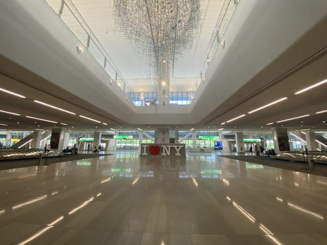 二層的大廳中心設有白字紅心「我愛紐約」經典雕塑,屋頂放置華裔藝術家施莎朗「比一天還短」。(記者牟蘭/攝影)