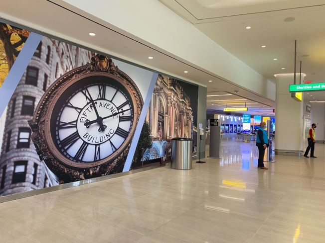 拉瓜地亞機場B航站樓一層歡迎大廳以彩色壁畫作為裝飾。(記者牟蘭╱攝影)