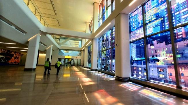 新候機大廳連結停車場與B航站樓的落地玻璃則貼有藍色為主的彩色貼紙也成為一大亮點,在陽光照射下在貼紙在磁磚上反射出彩色倒影。(記者王彩鸝/攝影)