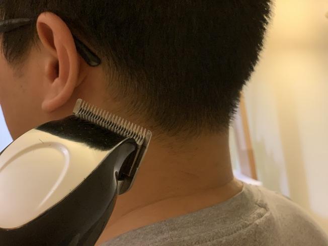 疫情期間,許多民眾自己購買理髮工具回家DIY。(記者顏嘉瑩/攝影)