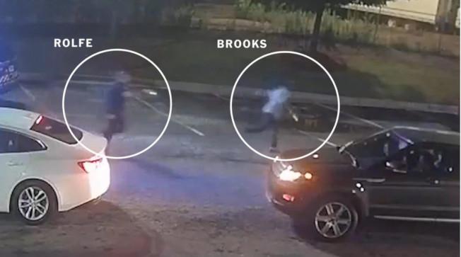 这张由乔州调查局公布的录像可见到警员罗尔夫在后追赶布鲁克斯(右),自背后连开三枪,击中布鲁克斯。(乔州调查局)