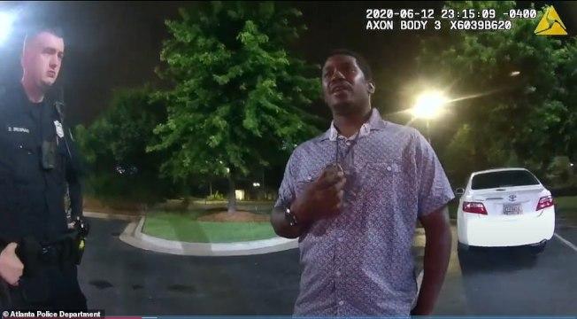 乔州调查局公布录像显示稍早,布鲁克斯(右)12日晚被警员罗尔夫警员(左)盘查时,双方互动礼貎,用语客气,没有火爆气氛。
