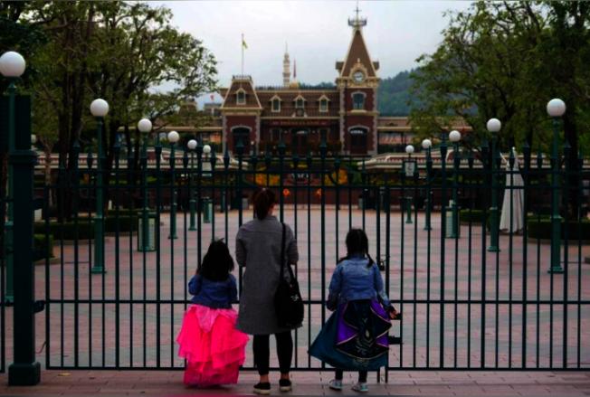 香港迪士尼樂園今(15)日公布,本周四(18日)重開,每日會設有入場人次限制。中新社