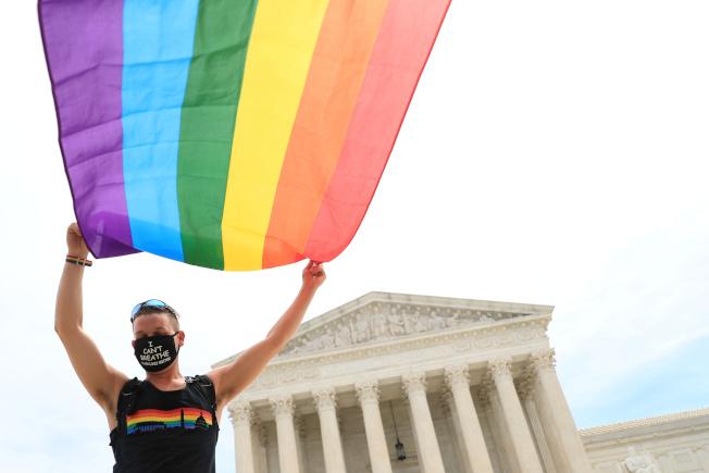LGBT爭取平權重大里程碑!最高法院15日裁定,聯邦法律對LGBT在職場上獲得法律保障、免受歧視。支持者在最高法院前高舉彩虹旗。(路透)