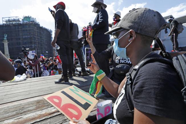 由於手機上傳發展迅速流行,很多示威或聚會都可立即現場錄音錄像上傳發散,造成「匯流革命」。圖為日前在紐約市布魯克林區的一場反警察暴力的集會。(美聯社)